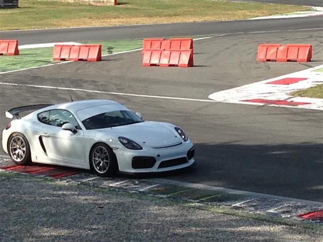 Porsche Cayman GT4 in pista a Monza